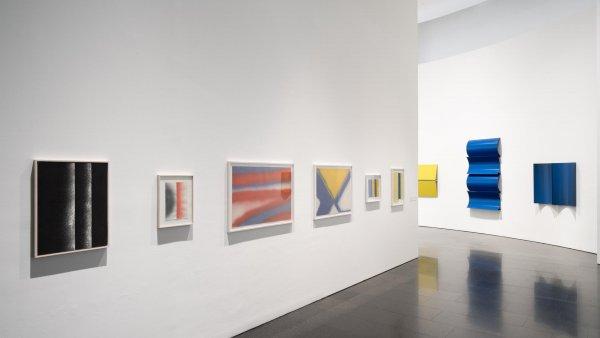 """Vistas de la exposición """"Charlotte Posenenske: Work in Progress"""". Foto: Miquel Coll"""