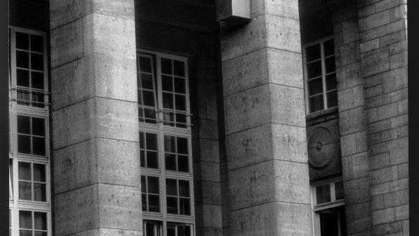 "Charlotte Posenenske ""Vierantrohre (Square Tube), Series D"", 1967. Vista de instalación, Main Station Stuttgart, 1989. © Estate of Charlotte Posenenske. Foto: Dr. Burkhard Brunn, Frankfurt am Main. CortesíaEstate of Charlotte Posenenske, Mehdi Chouakri, Berlín yPeter Freeman, NuevaYork"