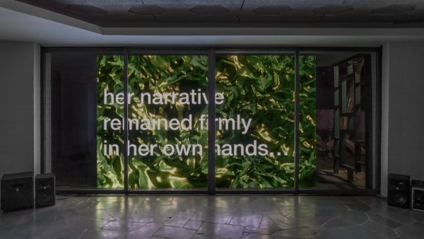 """Tony Cokes, vista de la instalación, """"Della's House"""", Hannah Hoffman, Los Angeles, 2019. Cortesía del artista, Greene Naftali, NuevaYork, Hannah Hoffman, Los Angeles, y Electronic Arts Intermix, Nueva York. Foto: Elon Schoenholz"""