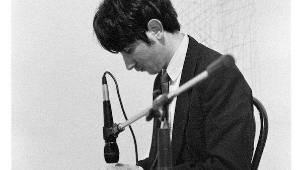 Óscar Abril Ascaso. Low Tech-Music n.5 (pieza para plástico de polietileno alveolar), 1995 . Foto: Joan Casellas Arxiu Aire