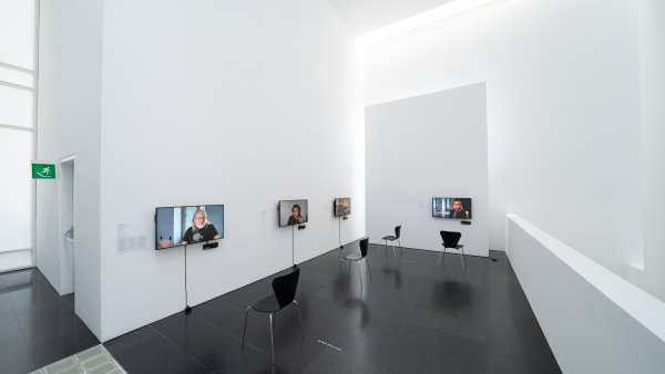 """Vistas de la exposición """"Acción. Una historia provisional de los 90"""""""