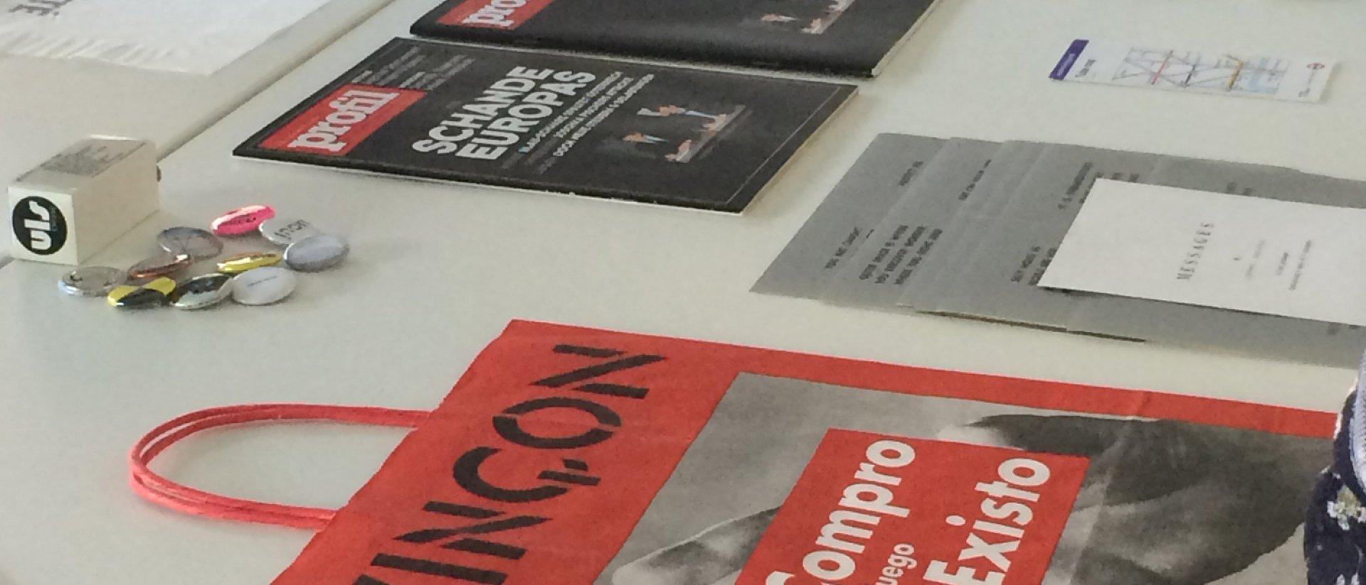 Revistas y folletos encima de una mesa