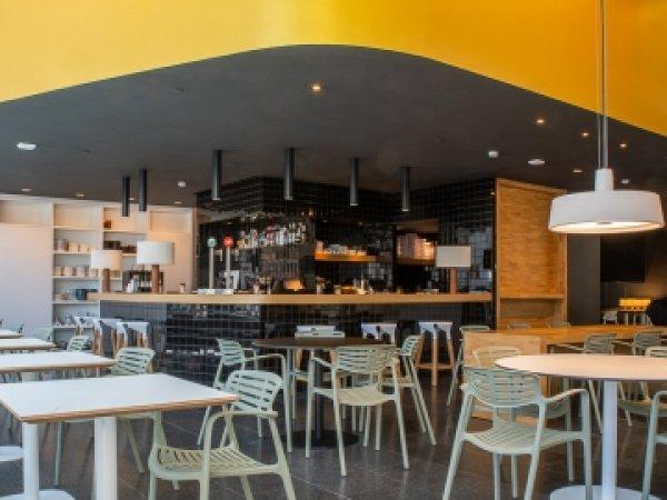 El MACBA inaugura su nueva cafetería-vermutería
