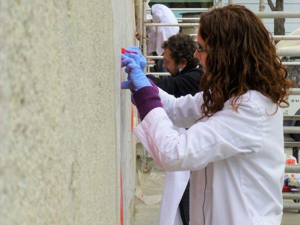 Fotografía del proceso de estarcido en el muro. Foto:  Silvia Noguer