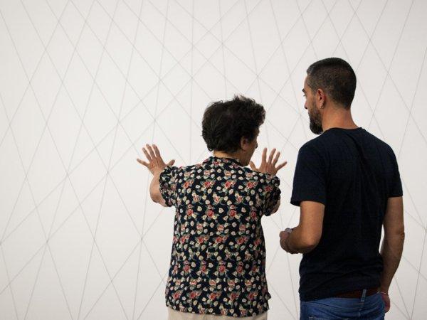 """Esther Ferrer durante la instalación de la obra """"Proyectos espaciales"""" Series #7. Foto: Gemma Planell"""
