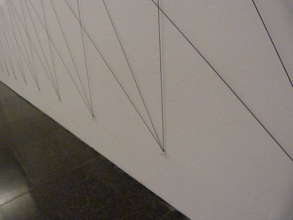 """Detalle de la instalación de la obra """"Proyectos espaciales"""" Series #7"""