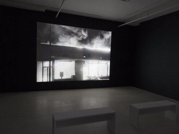 Tony Cokes, vista de la instal·lació,On Non-Visibility, Greene Naftali, Nova York, 2018. Cortesia de l'artista, Greene Naftali, Nova York, i Hannah Hoffman, Los Angeles, yElectronic Arts Intermix, NovaYork.