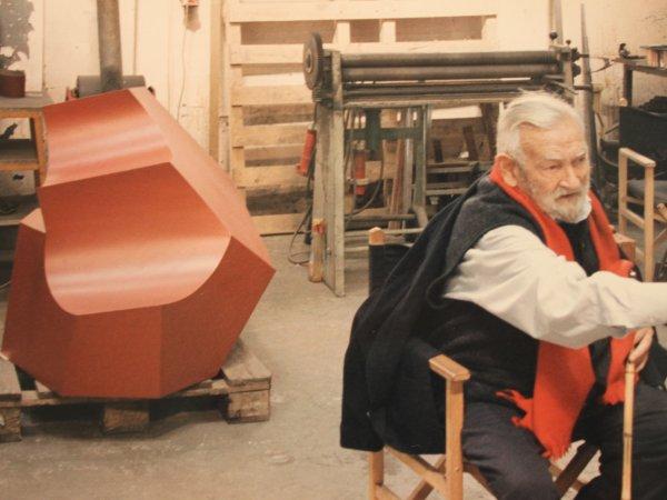 Jorge Oteiza con la maqueta de la escultura