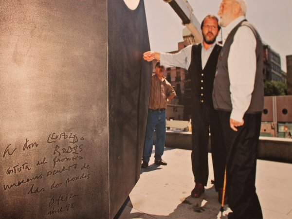 Jorge Oteiza y su ayudante frente la escultura el día de su instalación