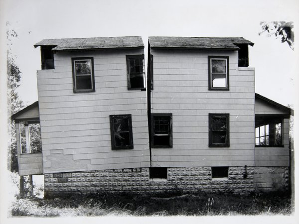 "Gordon Matta Clark Splitting 9 [Documentació de l'acció ""Splitting"" realitzada el 1974 a Nova Jersey, Estats Units]"", 1977"