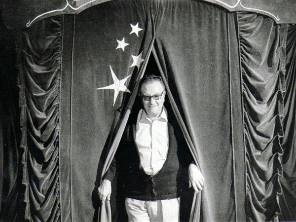 """""""Joan Brossa a la II Fira de Teatre de Tàrrega, 1982"""". Fotografia de Jaume Maymó"""