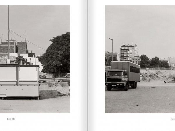 """Selección del catálogo """"Barcelona 1978-1997. Manolo Laguillo"""" páginas 122 y 123"""
