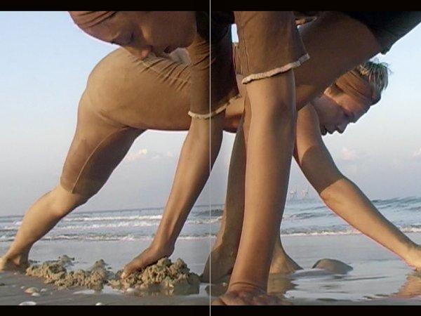 """Selección del catálogo """"La danza fenicia de la arena / Phoenician Sand Dance. Sigalit Landau"""", páginas 56 y 57"""