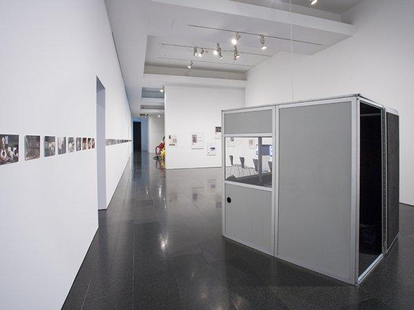 "Vistas de la exposición ""Andrea Fraser. L'1%, c'est moi"", 2016. Foto: La Fotogràfica"