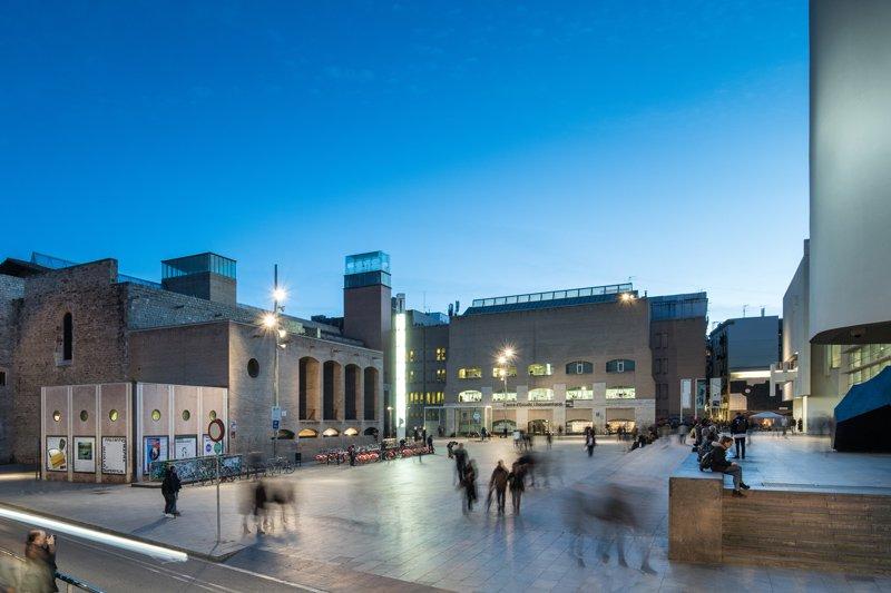 Imagen de la plaza exterior del museo