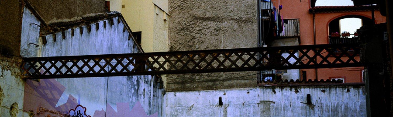 Exposició Le Camion de Zahïa, conversations après le paradis perdu, Espai Zero 1, Museu Comarcal de la Garotxa, Olot, 2005 © Mireia Sallarès / Fotografía de Lisbeth Salas
