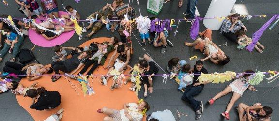 Gente sentada y tumbada en el suelo del museo