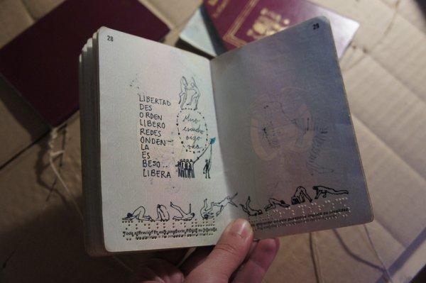 Ilustración en pasaporte de Violeta Ospina