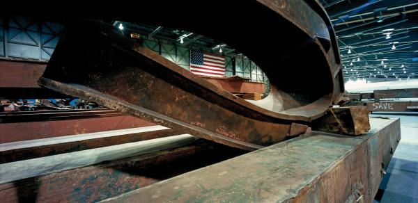 """Francesc Torres """"Memoria fragmentada. 11-S NY. Artefactos en el Hangar 17"""", 2011"""