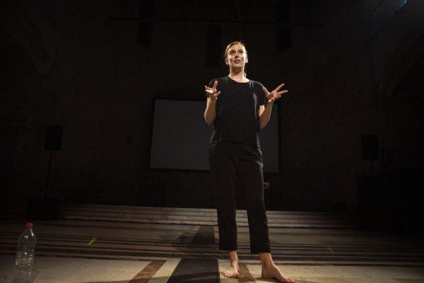 Nadita, performance -- Idiorítmies. Programa de performances, música, poesia, laboratori i text [Reportatge fotogràfic activitat]