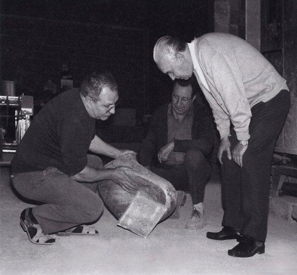 [D'esquerra a dreta: Antoni Cumella, Joaquim regàs i Alberto Sartoris al taller de Granollers]