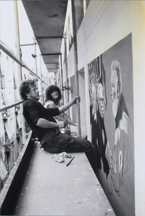 [Fotografia de Xavier Roselló, Jordi García, Lara Castells i Rafael Bartolozzi pintant la façana del Centre Internacional de Fotografia de Barcelona]