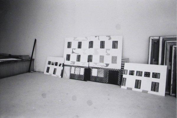 [Fotografia de la maqueta de la façana del Centre Internacional de Fotografia de Barcelona a l'estudi de Eduardo Arranz-Bravo i Rafael Bartolozzi]