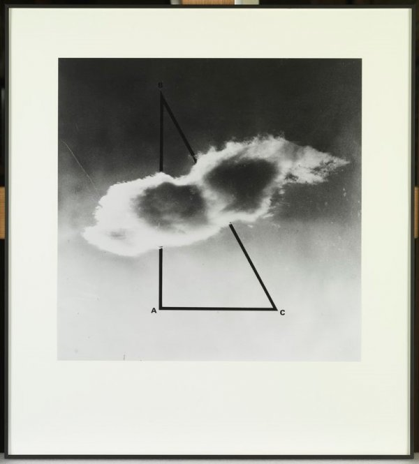 Triángulo semioculto por una nube