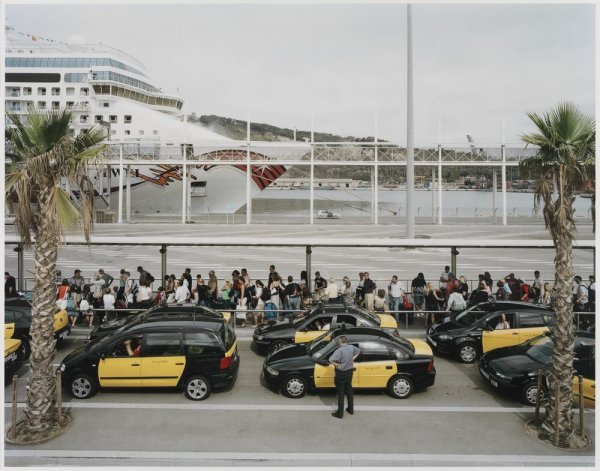 "Passengers from a Cruise Liner in the Port of Barcelona, Queue for Taxis to Take Them into the City. Sèrie: ""Connexions globals"""