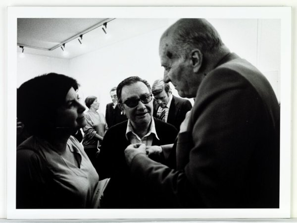 [Inauguració de l'exposició de Joan Brossa a la Galeria 491, Barcelona, 3 d'octubre de 1979. Pepa Llopis i Joan Brossa conversant amb Josep Tarradellas]