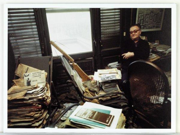 [Retrat de Joan Brossa al seu estudi del carrer Balmes, Barcelona, 1985]