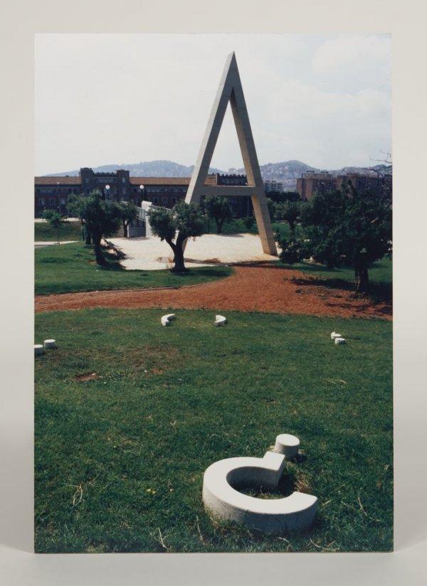 """[Fotografia de de l'obra """"Poema visual transitable en tres temps"""" (1984) de Joan Brossa, Horta]"""