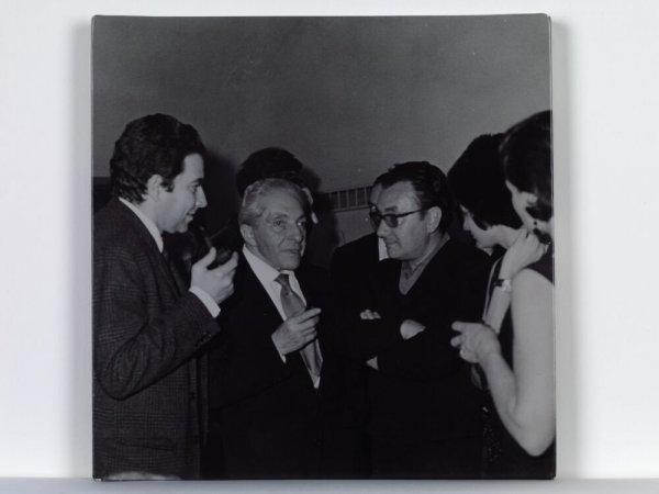 [Antoni Tàpies, Joan Prats i Joan Brossa a l'inauguració d'una exposició a Mataró]