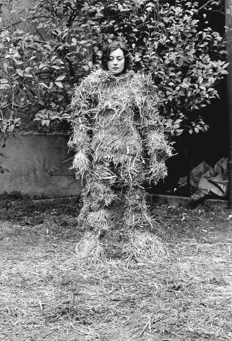 Relacions. Relació del cos amb elements naturals. El cos cobert de palla [Documentació de l'acció realitzada el gener de 1975 a Sabadell, Espanya]