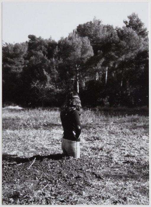 Translacions. Dona-arbre [Documentació de l'acció realitzada el novembre de 1973 a Sant Llorenç de Munt, Espanya]