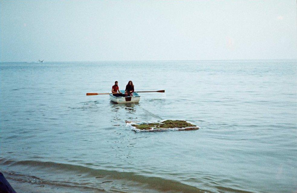 Translaciones. Hierba flotando en el mar [Documentación de la acción realizada en noviembre de 1973 en Premià de Mar, España]