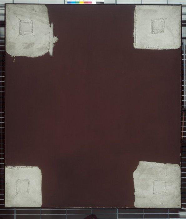 Cuatro cuadrados grises sobre fondo marrón