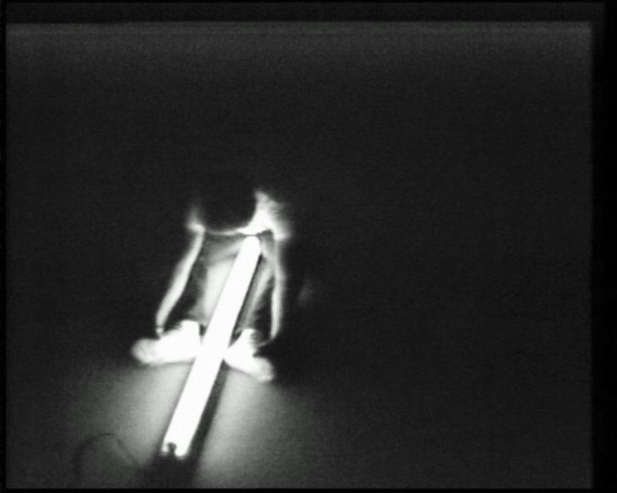 Manipulant un tub fluorescent