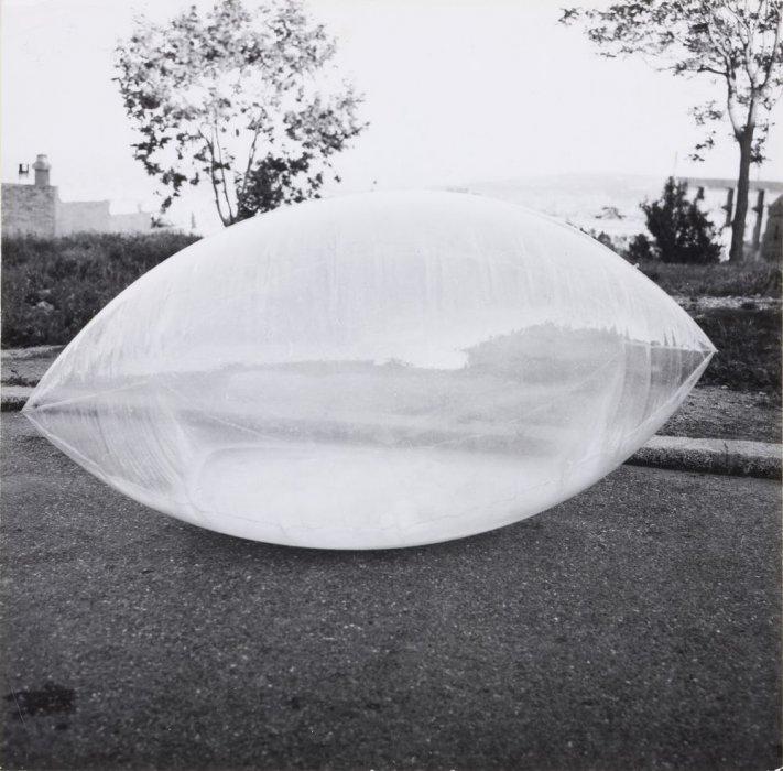 Estructura inflable que contiene niebla