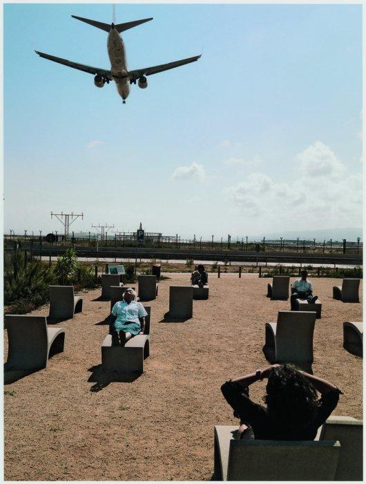 """Observant l'arribada dels avions, mirador del Prat, el Prat de Llobregat. Sèrie: """"Connexions globals"""""""