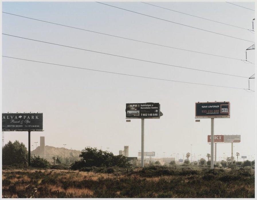 """Vallas publicitarias y terreno vacío junto a la ronda de Llevant. Serie: """"Conexiones globales"""""""