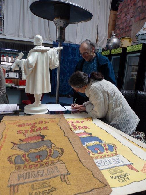 Visita del equipo de restauración al taller del artista Antoni Miralda. Foto: Alejandro Castro