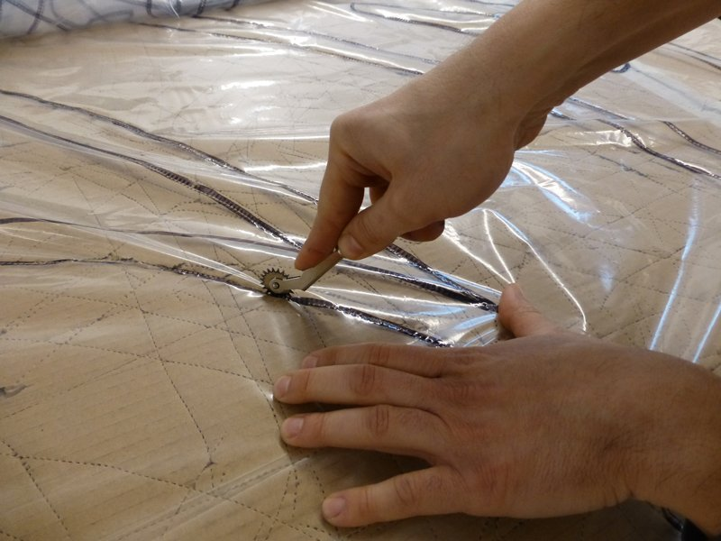 Fotografía de detalle del proceso de troquelado. Foto: Silvia Noguer