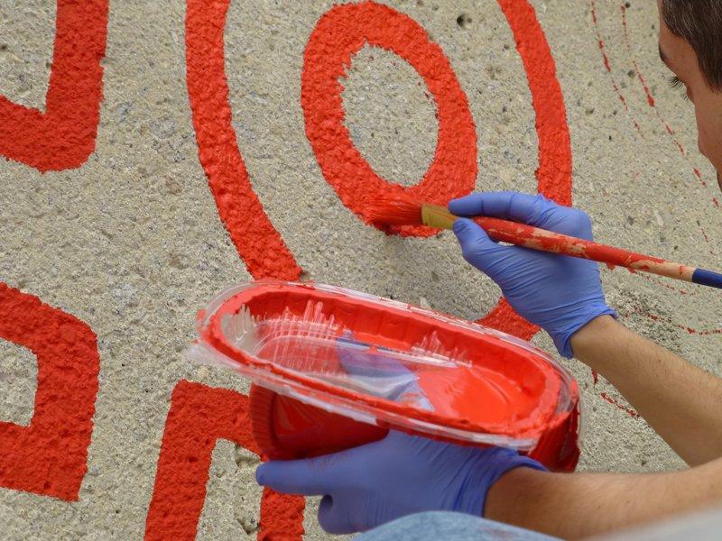 Fotografía del proceso de pintado del muro. Foto:  Silvia Noguer)