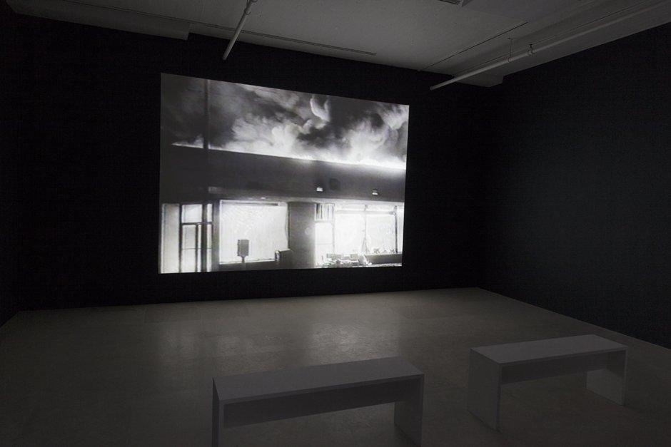 Tony Cokes, vista de la instalación,On Non-Visibility, Greene Naftali, Nueva York, 2018. Cortesía del artista, Greene Naftali, Nueva York, Hannah Hoffman, Los Ángeles, yElectronic Arts Intermix, Nueva York.