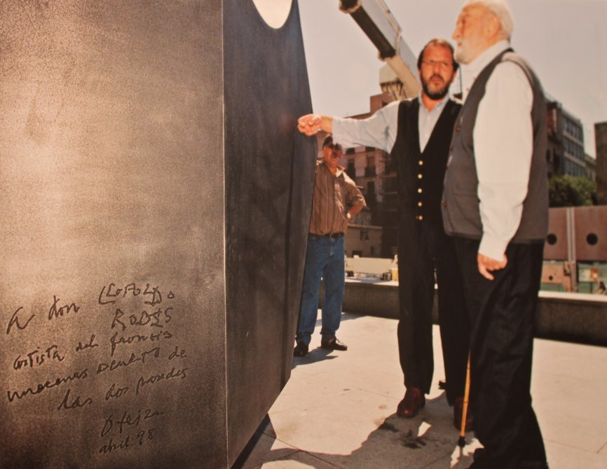 Jorge Oteiza and his assistant in front of the sculpture the day it was installed
