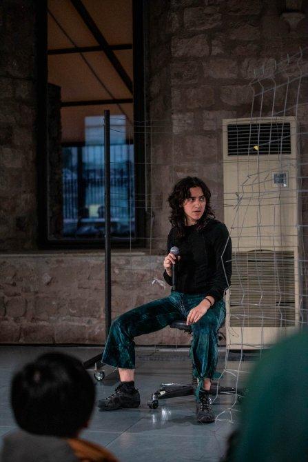 Claudia Pagès during the performance Arrela't, nena, arrela't