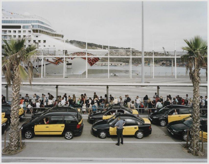 """Los pasajeros de un crucero hacen cola en el puerto de Barcelona para que los taxis les lleven a la ciudad. Serie: """"Conexiones globales"""""""