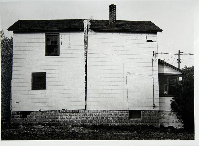 """Gordon Matta Clark """"Splitting 2 [Documentació de l'acció """"Splitting"""" realitzada el 1974 a Nova Jersey, Estats Units]"""", 1977"""