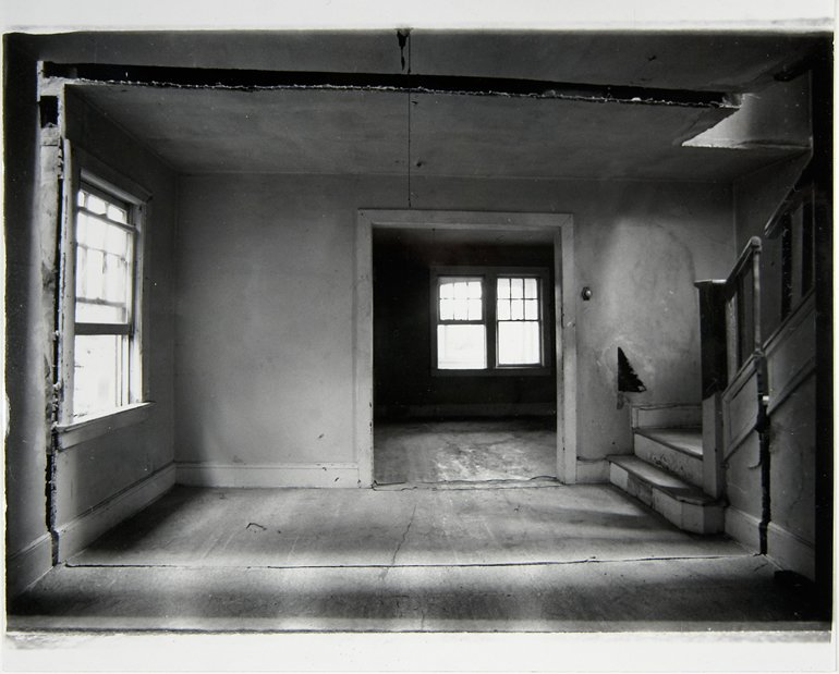"""Gordon Matta Clark """"Splitting 4 [Documentació de l' acció """"Splitting"""" realitzada el 1974 a Nova Jersey, Estats Units]"""", 1977"""